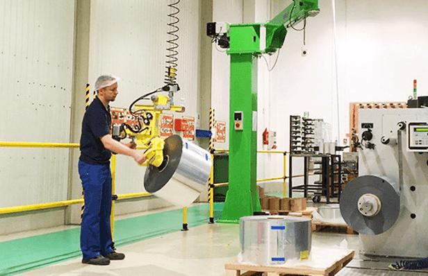 Manipolatori industriali per movimentare prodotti di diverse dimensioni in totale ergonomia e sicurezza