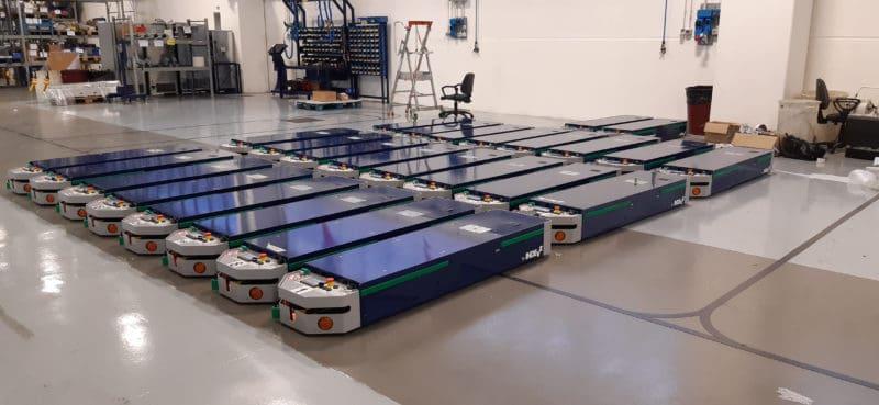 linea automatica di AGV perfettamente integrata in un complesso plant produttivo.