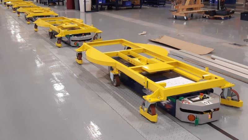 l'AGV capace di scegliere tra una stazione d'imballaggio o l'altra a seconda del tipo di macchina trasportata.