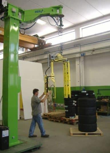 I manipolatori industriali offerti da INDEVA sono sempre più scelti da aziende per la manipolazione del carico per differenti motivi. Sono auto-bilancianti, pertanto permettono la movimentazione anche quando il peso dei pneumatici varia.