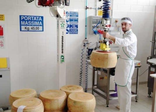 Movimentazione formaggio molle tramite semplice gancio in acciaio inox collegato alla testa standard di un INDEVA