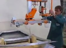 Pneumatischer Manipulator INDEVA zur Handhabung von Ergonomie- und Sicherheitsprodukten in verschiedenen Formen und Größen.