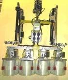 4 Glasfaserspulen werden gemeinsam mit dem INDEVA-Sonderlastgreifer aufgenommen